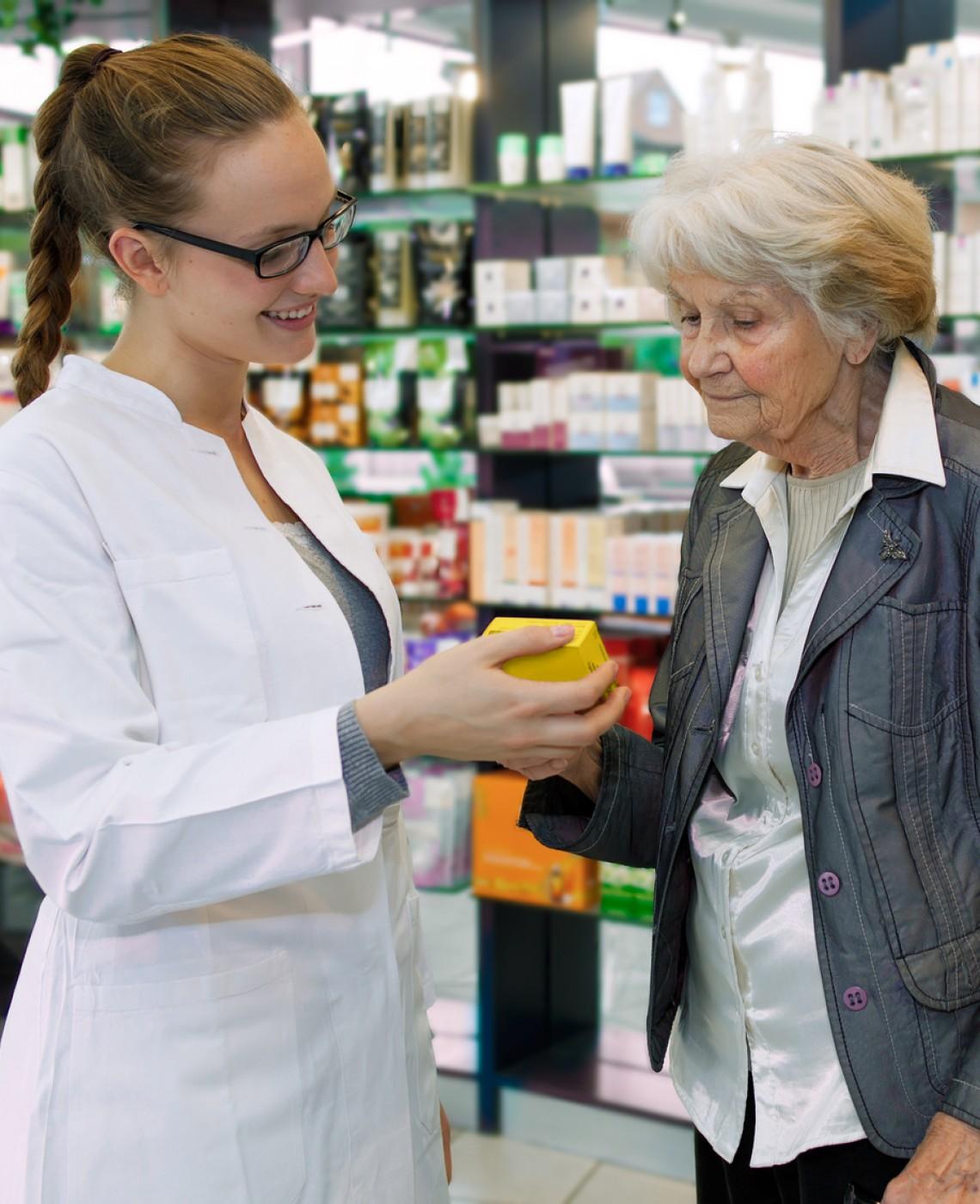 l'anziano e la farmacia
