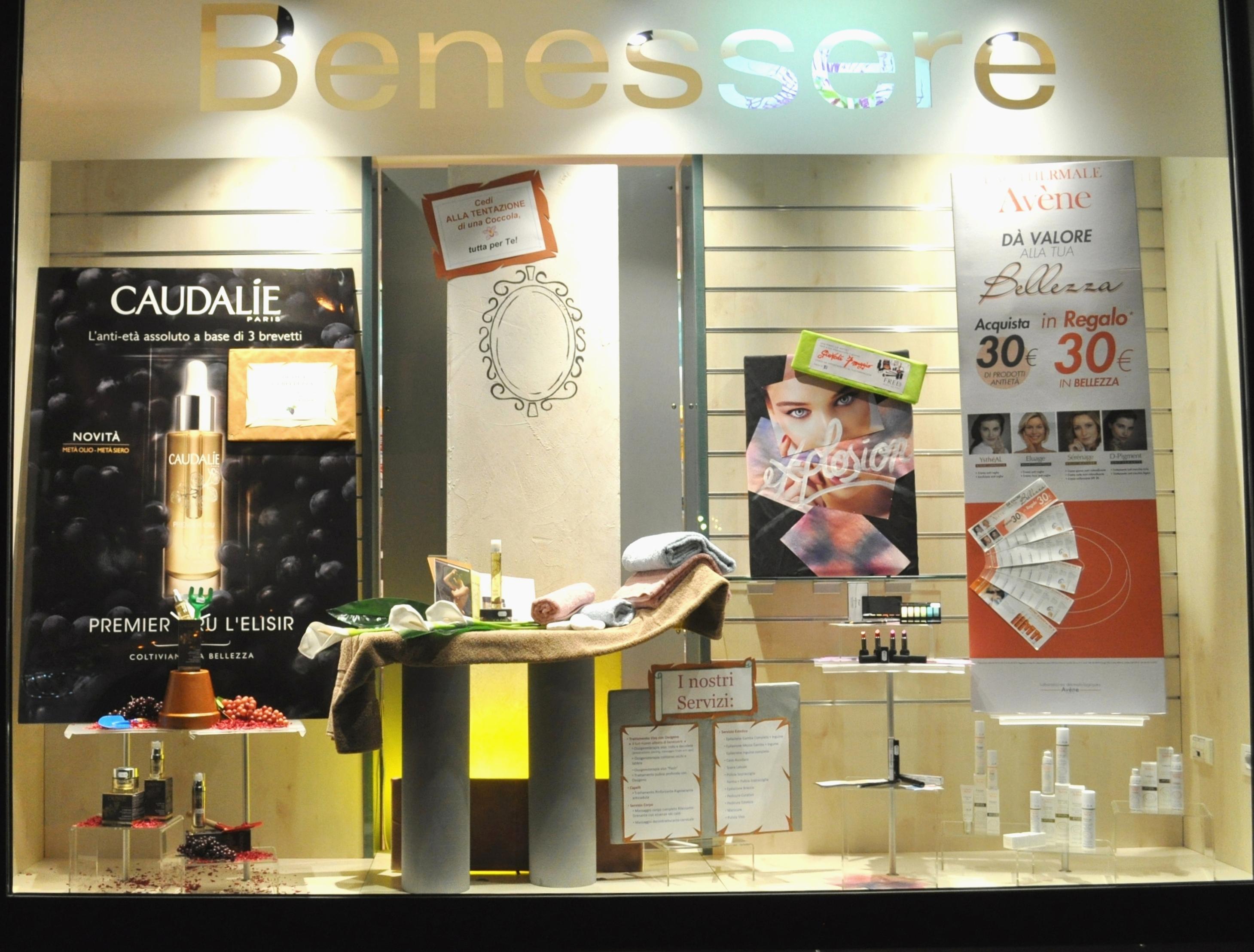 Farmacia la cabina estetica in vetrina - Idee per vetrine primaverili ...