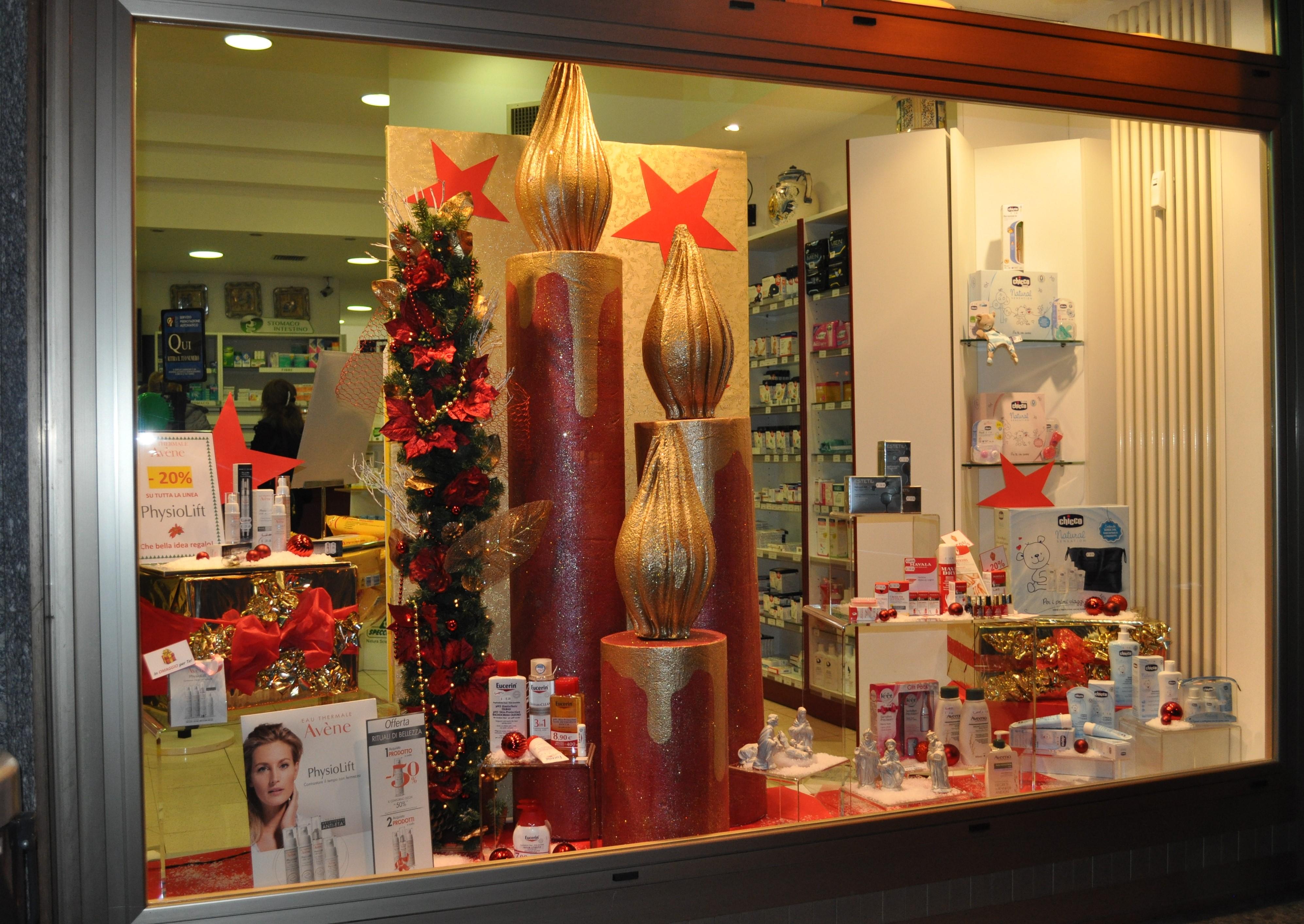 vetrine natalizie in farmacia